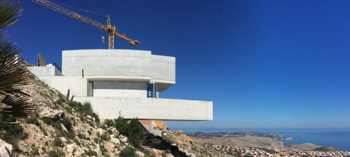 Cumbre del Sol en la prensa «Una casa suspendida en el aire en Benitatxell»
