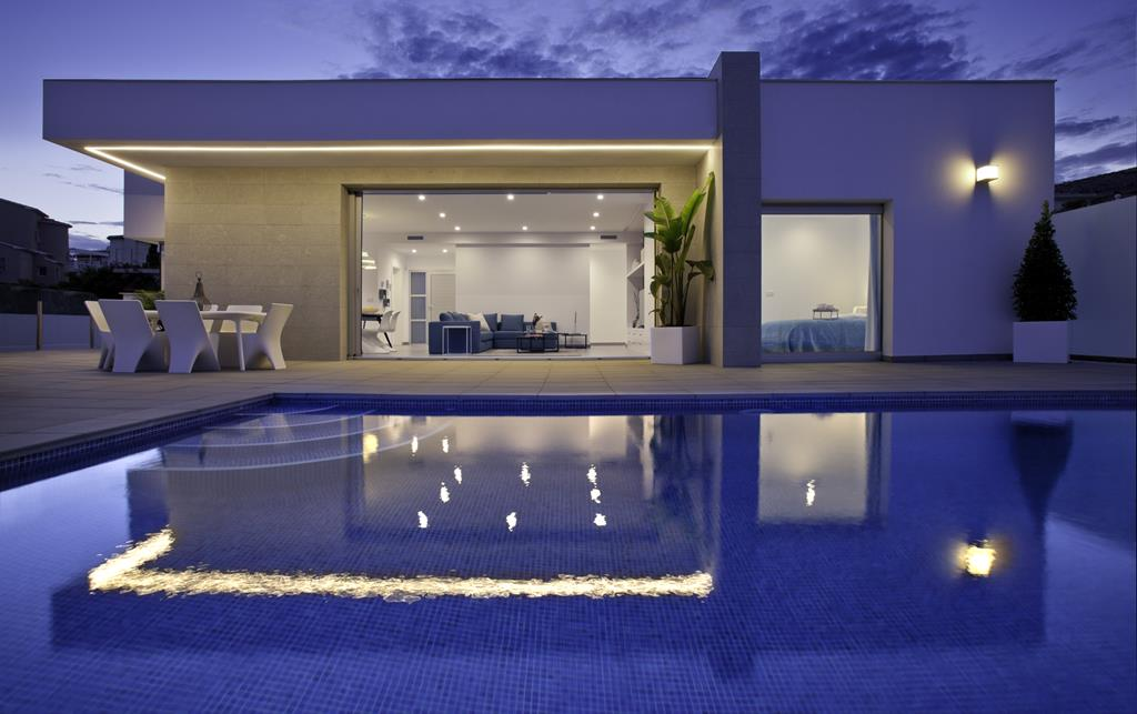 Looking for a modern style villa? Check the pictures of this villa in Cumbre del Sol