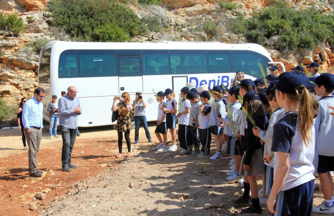 VAPF Group and the students from The Lady Elizabeth School celebrate the first Day of the Tree at Cumbre del Sol