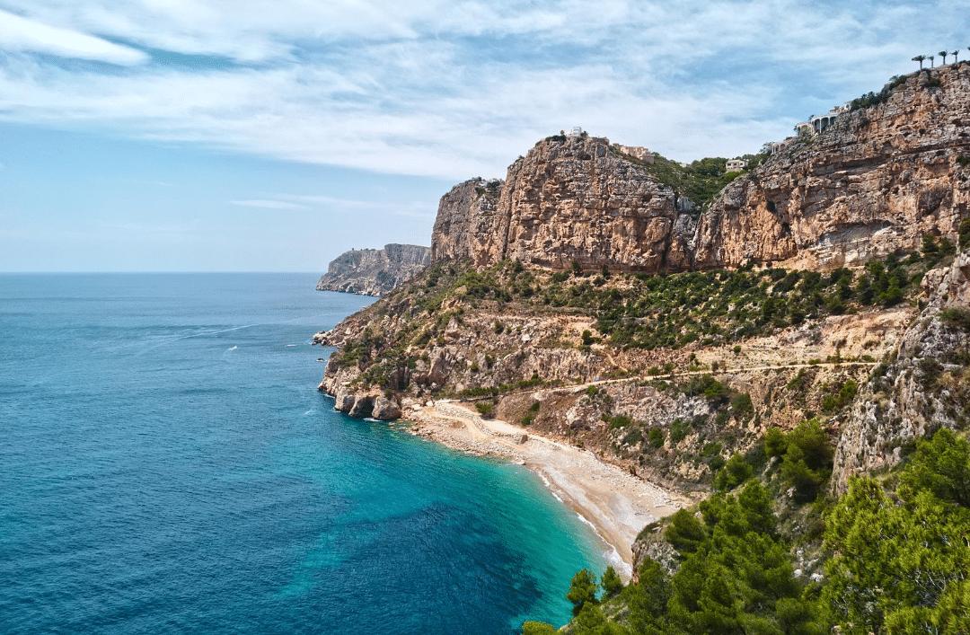 Playas y calas que no te puedes perder en el norte de Alicante